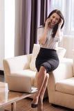 Femme d'affaires attirante gaie discutant son travail Photographie stock