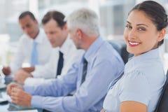 Femme d'affaires attirante posant dans le lieu de réunion Photos stock