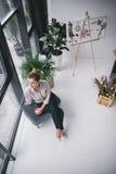 Femme d'affaires attirante réfléchie sur la pause-café dans le bureau moderne Images stock