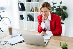 femme d'affaires attirante regardant l'ordinateur portable photo libre de droits