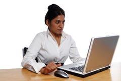 Femme d'affaires au bureau étonné par Laptop Photos libres de droits