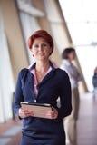 Femme d'affaires au bureau avec le comprimé dans l'avant comme meneur d'équipe Photos stock