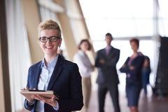 Femme d'affaires au bureau avec le comprimé dans l'avant comme meneur d'équipe Photo libre de droits