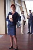 Femme d'affaires au bureau avec le comprimé dans l'avant comme meneur d'équipe Photographie stock