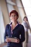 Femme d'affaires au bureau avec le comprimé dans l'avant comme meneur d'équipe Photo stock