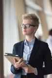 Femme d'affaires au bureau avec le comprimé dans l'avant comme meneur d'équipe Photographie stock libre de droits
