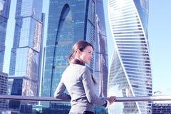 Femme d'affaires au fond de gratte-ciel Images stock