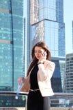 Femme d'affaires au fond de gratte-ciel Photographie stock libre de droits