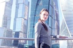 Femme d'affaires au fond de gratte-ciel Photos libres de droits