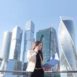 Femme d'affaires au fond de gratte-ciel Photo libre de droits