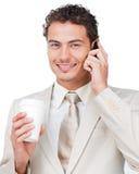 Femme d'affaires au téléphone buvant d'un café Photos libres de droits
