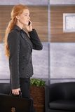 Femme d'affaires au téléphone obtenant au bureau Images libres de droits