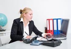 Femme d'affaires au travail photo stock