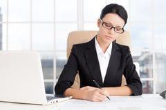 Femme d'affaires au travail. Photo stock