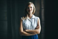 Femme d'affaires authentique blonde avec le sourire croisé de bras images stock