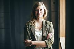 Femme d'affaires authentique blonde avec le sourire croisé de bras photographie stock libre de droits