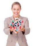 Femme d'affaires autoritaire affichant une molécule Photo stock