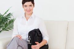 Femme d'affaires aux cheveux courts de brunette Image stock