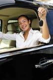 Femme d'affaires avec des clés de neuf son véhicule photographie stock libre de droits