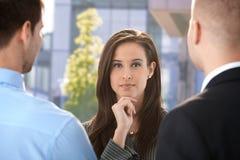 Femme d'affaires avec des collègues Image stock