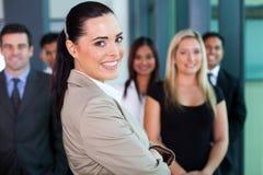 Femme d'affaires avec des collègues Photographie stock