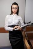 Femme d'affaires avec des documents dans le bureau Images stock