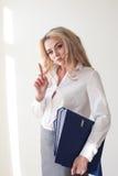 Femme d'affaires avec des dossiers des documents Image stock