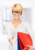 Femme d'affaires avec des dossiers prêts pour la poignée de main Photos stock