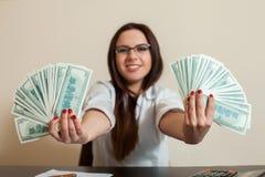 Femme d'affaires avec des fans d'argent dans des mains Photo libre de droits
