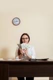 Femme d'affaires avec des fans d'argent dans des mains images libres de droits