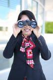 Femme d'affaires avec des jumelles Photo libre de droits