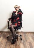 Femme d'affaires avec des lunettes de soleil dans la chaise image libre de droits