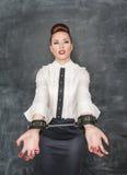 Femme d'affaires avec des menottes sur ses mains Image libre de droits