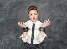Femme d'affaires avec des menottes sur ses mains Photographie stock libre de droits