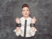 Femme d'affaires avec des menottes sur ses mains Images stock