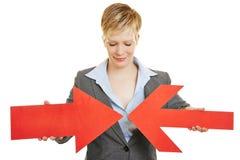Femme d'affaires avec deux flèches convergentes Images libres de droits