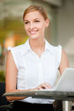 Femme d'affaires avec du café et l'ordinateur portatif Image libre de droits