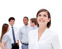Femme d'affaires avec du charme devant son équipe Images stock