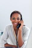 Femme d'affaires avec du charme parlant à un téléphone Images libres de droits