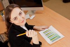 Femme d'affaires avec l'état financier Image libre de droits