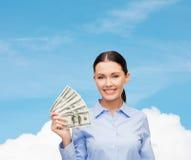 Femme d'affaires avec l'argent d'argent liquide du dollar Photographie stock