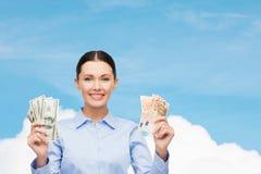 Femme d'affaires avec l'argent d'argent liquide du dollar Photographie stock libre de droits