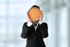 Femme d'affaires avec l'horloge Photo stock