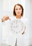 Femme d'affaires avec l'horloge Images stock
