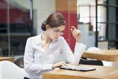 Femme d'affaires avec l'ipad Images stock