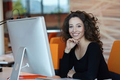 Femme d'affaires avec l'ordinateur Images stock