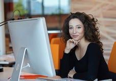 Femme d'affaires avec l'ordinateur Photographie stock libre de droits
