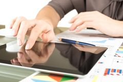 Femme d'affaires avec l'ordinateur de tablette Photographie stock libre de droits