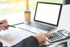 Femme d'affaires avec l'ordinateur portable, équipe d'affaires travaillant à un nouveau busin Image stock