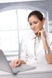 Femme d'affaires avec l'ordinateur portable Photographie stock libre de droits